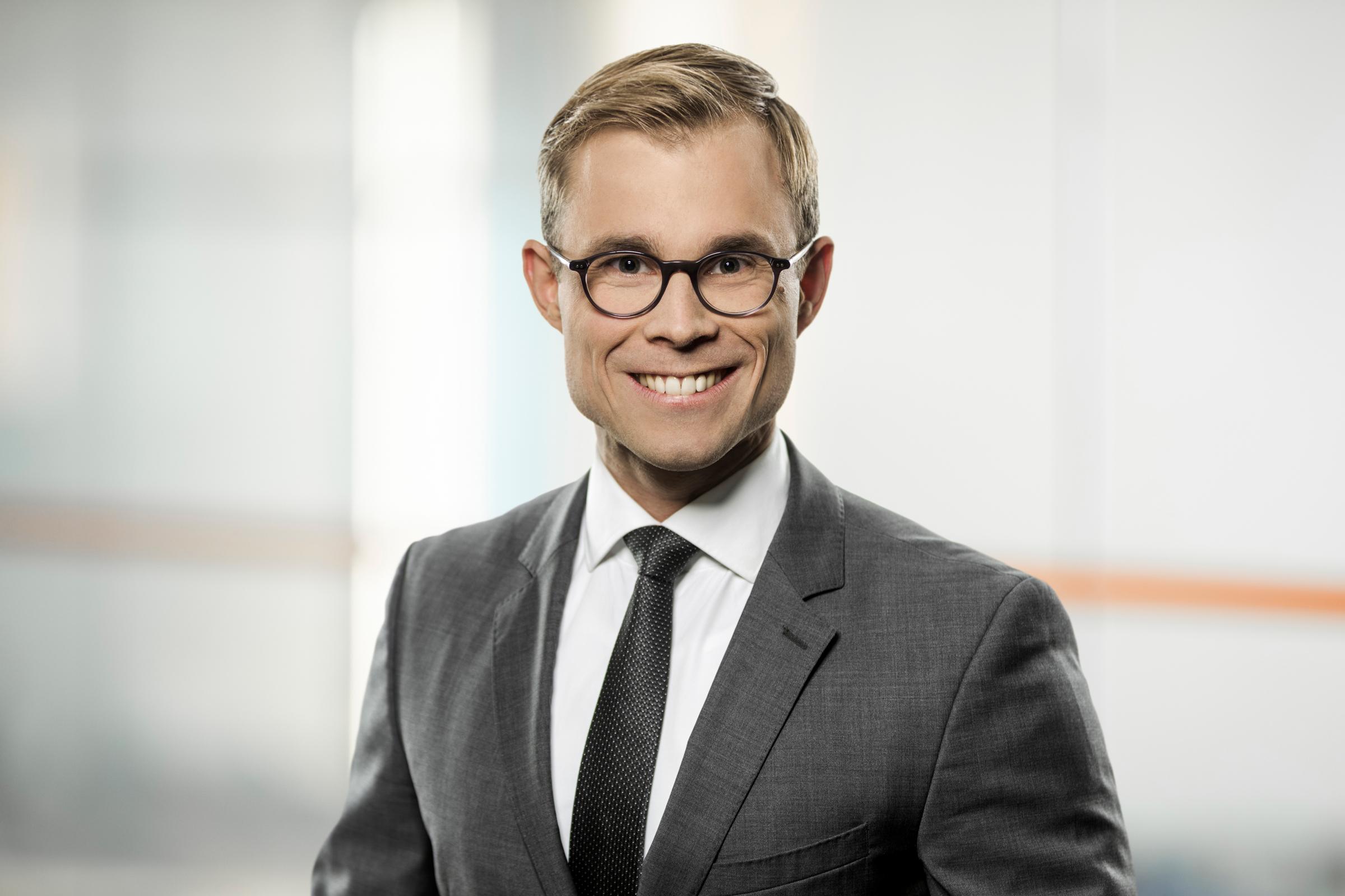 Dr. Jens Poll, Associate